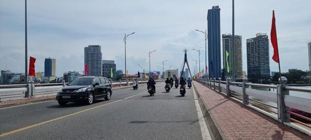 Các doanh nghiệp tại Đà Nẵng chấp hành nghiêm các quy định phòng chống dịch như: Đo thân nhiệt và sát khuẩn trước khi vào làm việc tại công ty.