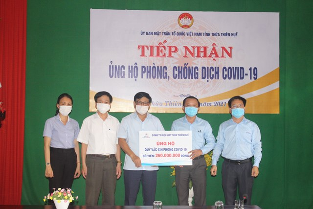 Uỷ ban Mặt trận Tổ quốc Việt Nam tỉnh Thừa Thiên Huế tiếp nhận quyên góp từ điện lực Thừa Thiên Huế.