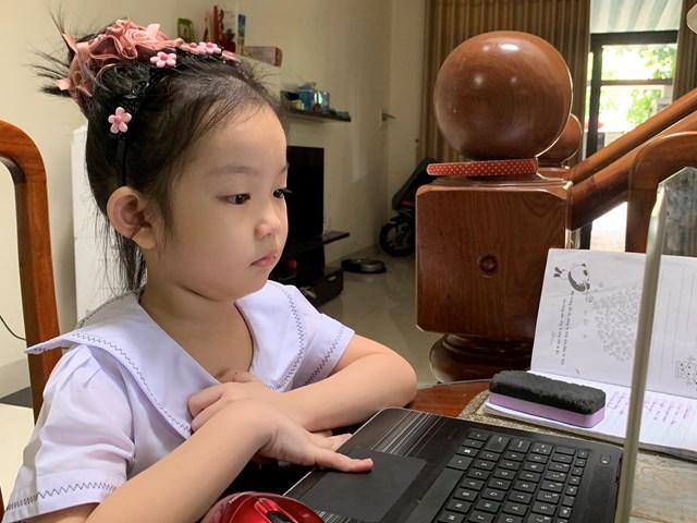 Em Châu Hà Linh, lớp 2/1 trường TH Bùi Thị Xuân dự khai giảng năm học mới theo hình thức trực tuyến