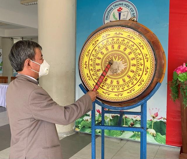 Thầy Nguyễn Thanh Ký - Hiệu trưởng trường THCS Nguyễn Bỉnh Khiêm đánh trống khai giảng năm học mới