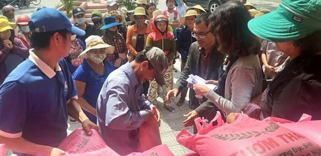 Những tấm lòng thơm thảo chia sẻ khó khăn đến với người dân xã Vinh Hà.