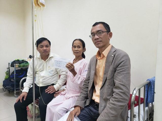 Ông Trương Đình Thạnh (bìa phải) ghé thăm trao quà cho bệnh nhân hiểm nghèo tại BVTƯ Huế.