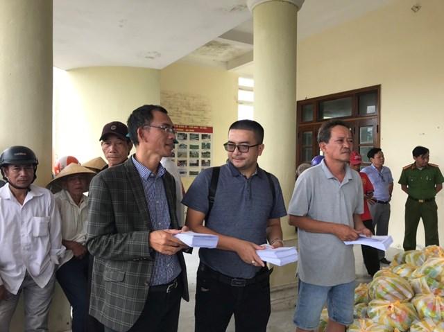 Trong chuyến san sẻ yêu thương về vùng lũ, Ông Thạnh cùng Công ty CP Tập đoàn BĐS và Du lịch Chân Mây đã trao quà cho người dân ở địa bàn Quảng Thọ, Quảng Lợi