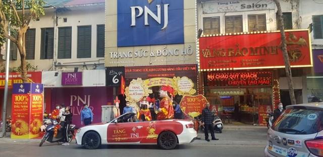 Cửa hàng PNJ tại số 6A Trần Nhân Tông mở cửa rầm rộ ngày Thần Tài