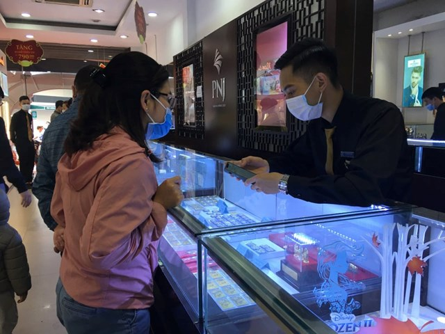 Nhân viên bán hàng của PNJ tư vấn cho khách