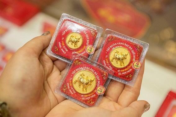 DOJI đã tung ra thị trường những sản phẩm vàng ép vỉ đa dạng về kiểu dáng và mẫu mã Kim Ngưu Phát Lộc, Kim Ngưu Chiêu Tài…