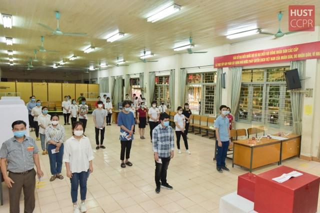 Sinh viên Trường ĐH Bách khoa Hà Nội được hướng dẫn xếp hàng giãn cách 2m để đảm bảo an toàn phòng dịch. Ảnh: HUST