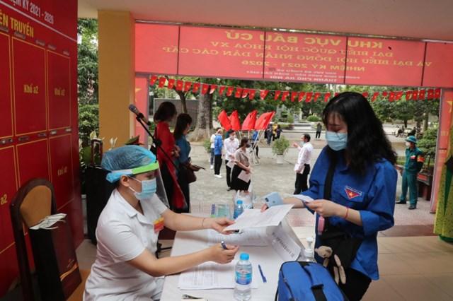 Sinh viên Trường Học viện Báo chí và Tuyên truyền lần đầu đi bầu cử đại biểu Quốc hội và Hội đồng nhân dân các cấp. Ảnh: H.Đ