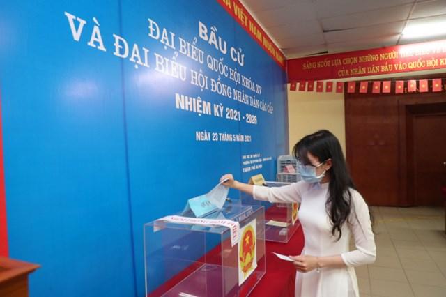 Cử tri bỏ phiếu tại điểm bầu cử tại Học viện Báo chí và Tuyên truyền. Ảnh: H.Đ