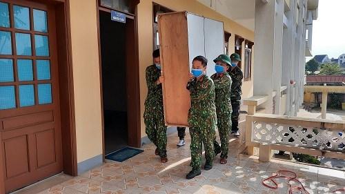 Lực lượng bộ đội tiến hành di dời hồ sơ trả lại mặt bằng làm bệnh viện dã chiến.