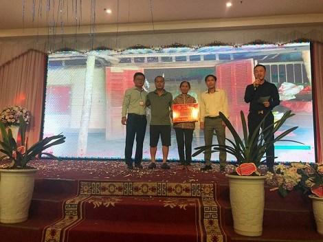 Đại diện CLB Hoa Lan Hà Tĩnh đã trích 170 triệu đồng để xây 2 nhà tình nghĩa cho 2 hoàn cảnh khó khăn. Trong đó, trao biểu trưng tại buổi lễ cho gia đình bà Nguyễn Thị Tứ.